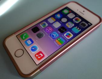 iOS7のポップなデザインを引き立たせるiPhone5s用おすすめカバー「リニアクリスタル Linear」シリーズレビュー